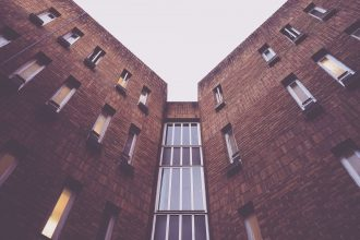 Wybieramy okna do mieszkania – jakimi kryteriami się kierować?